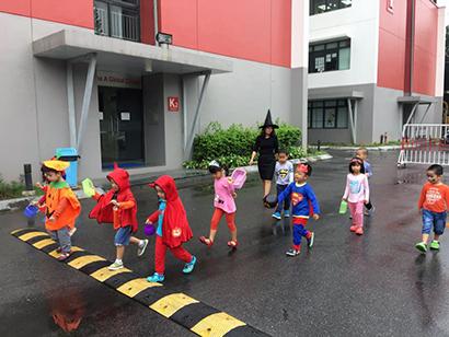 Be lop Kangaroo voi Halloween 21 Bé lớp Kangaroo với lễ hội Halloween