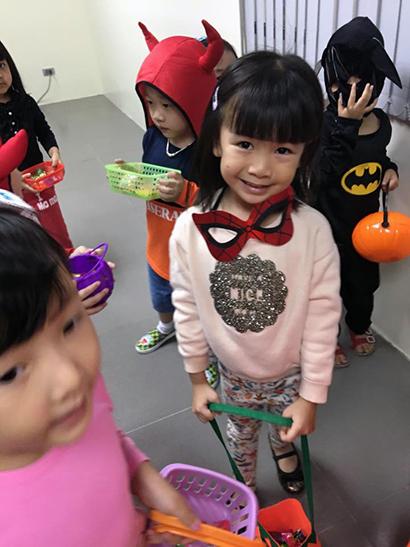 Be lop Kangaroo voi Halloween 23 Bé lớp Kangaroo với lễ hội Halloween