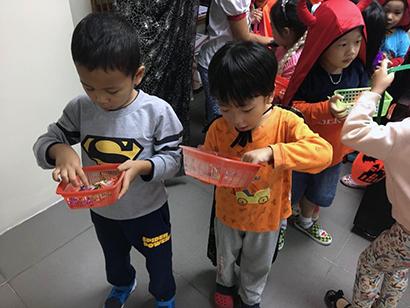 Be lop Kangaroo voi Halloween 33 Bé lớp Kangaroo với lễ hội Halloween