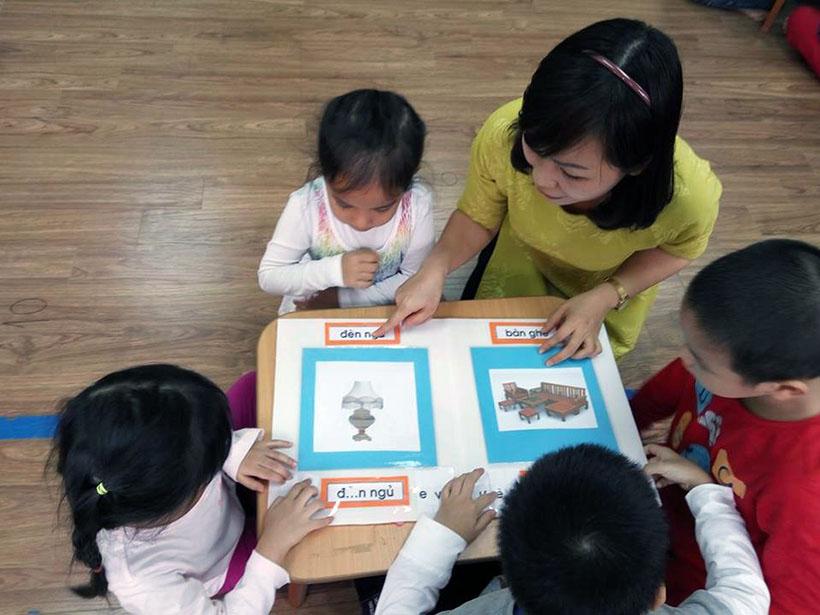 Lam quen chu cai e 10 Các bé lớp Peacock học làm quen chữ cái