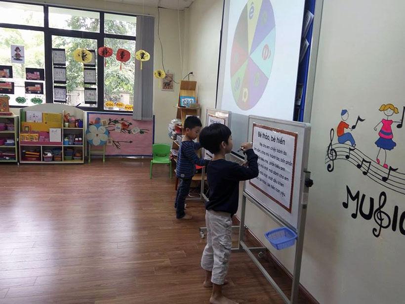 Lam quen chu cai e 7 Các bé lớp Peacock học làm quen chữ cái