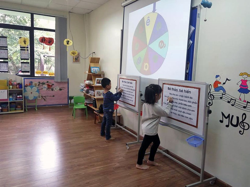 Lam quen chu cai e 8 Các bé lớp Peacock học làm quen chữ cái