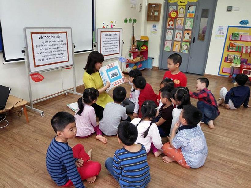 Lam quen chu cai e 9 Các bé lớp Peacock học làm quen chữ cái