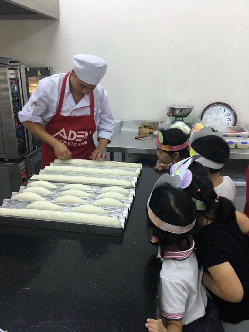 Gio hoc TA tai HA bakery 4 Giờ học Tiếng Anh thực tế tại tiệm bánh Hanoi Academy Bakery