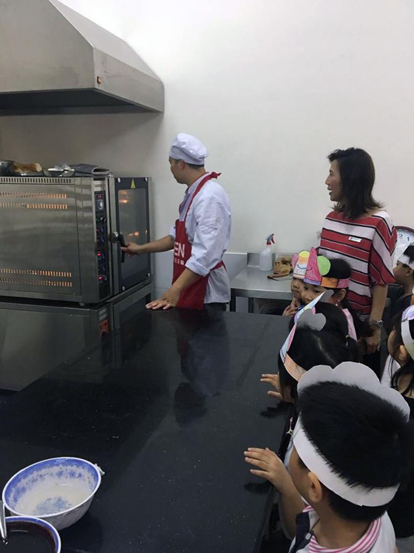 Gio hoc TA tai HA bakery 5 Giờ học Tiếng Anh thực tế tại tiệm bánh Hanoi Academy Bakery