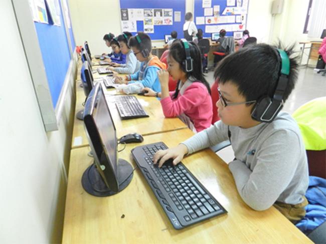 Thi IOE cap truong 12 Học sinh trường Tiểu học Hanoi Academy quyết tâm đạt điểm cao trong kì thi Olympic Tiếng Anh trên Internet cấp trường năm học 2016-2017