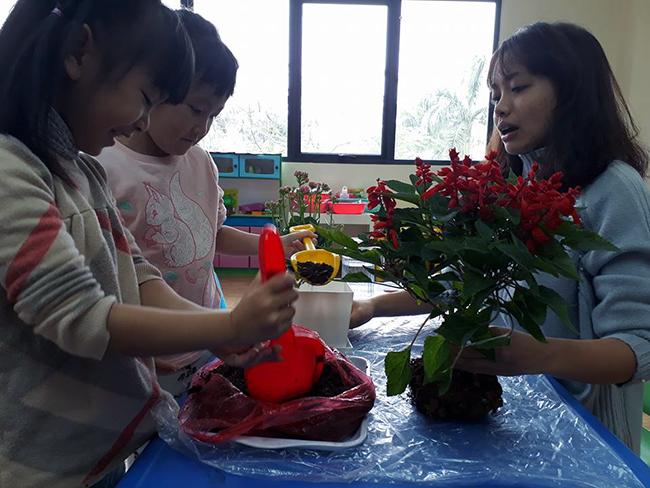 """The gioi thuc vat 8 Các bé lớp Kangaroo với chủ điểm """"Thế giới thực vật"""""""