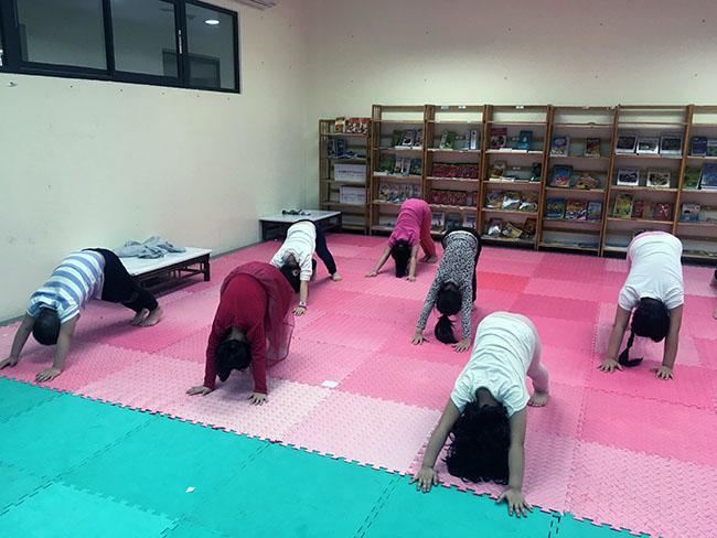 V ngược2 Cùng khám phá giờ học Yoga đầy thú vị