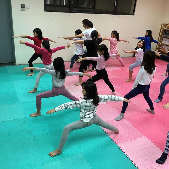 Chien binh 1 Cùng khám phá giờ học Yoga đầy thú vị