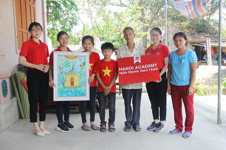 """Hanoi Academy đồng hành cùng chương trình """"Cặp lá yêu thương"""" trong chuyến đi từ thiện tại Nghệ An Hanoi Academy đồng hành cùng chương trình """"Cặp lá yêu thương"""" trong chuyến đi từ thiện tại Nghệ An"""