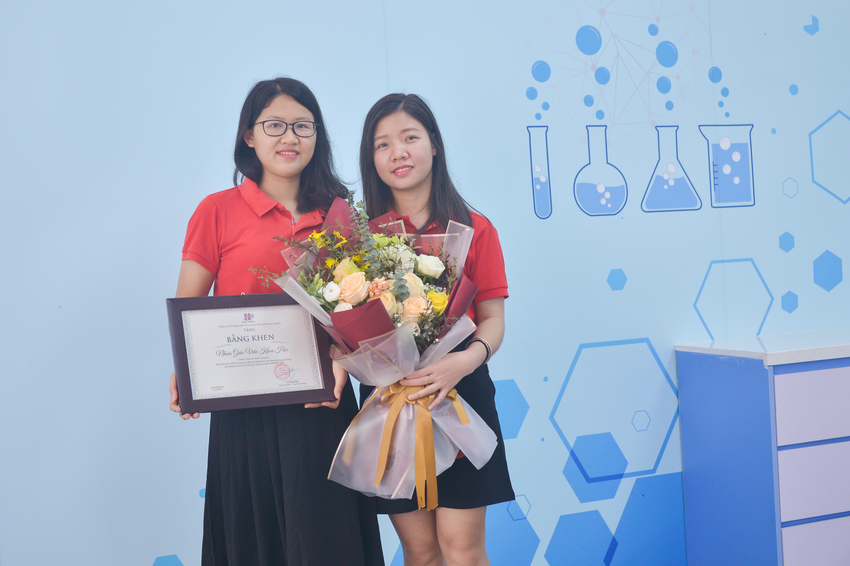 Hanoi Academy rewarded the Science Team's teachers for their outstanding achievements in fostering students