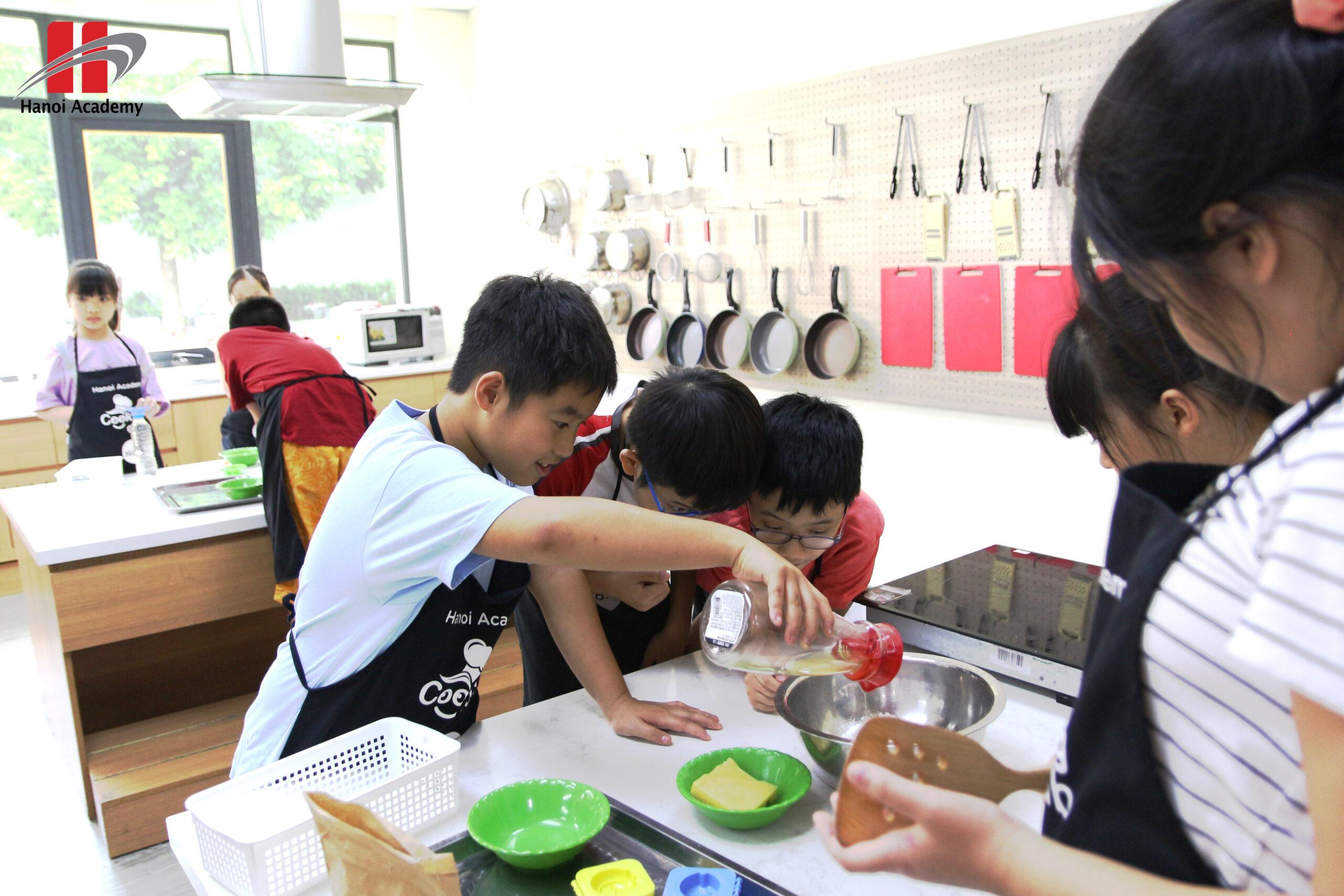 Tập làm bánh trung thu với những đầu bếp nhí của Hanoi Academy